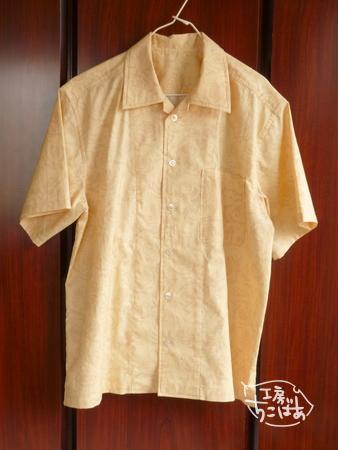 ピンクベージュのアロハシャツ