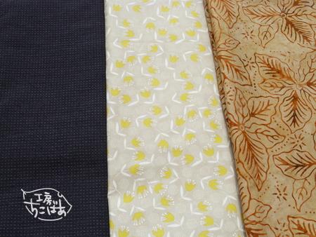 濃紺色の和布と MODA の淡黄色花模様、蝋けつ染め風のプリント