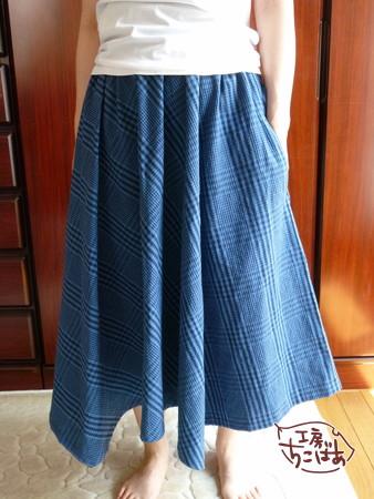ブルーチェックのフレアスカート