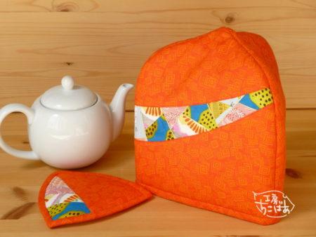 オレンジ色の三角ティーコージー