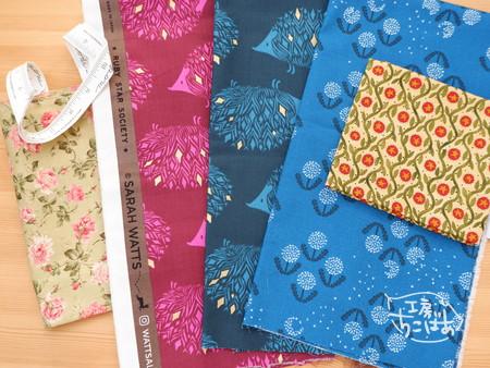 ピンクとブルーのハリネズミ、ブルーのタンポポ、カーキ色の草模様